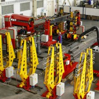 Automatic welding line for welding beams of production halls