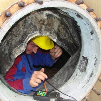 Measurement of wall thickness in a pressure vessel by ultrasound